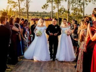 Filhas gêmeas realizam desejo do pai e juntas vivem a emoção do casamento