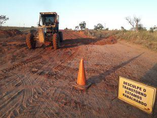 Prefeitura realiza recuperação de estrada vicinal que da acesso ao córrego Bonito.