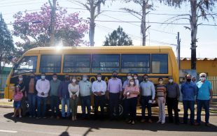 Senadora Soraya Thronicke entrega ônibus escolar rural ao prefeito de Figueirão