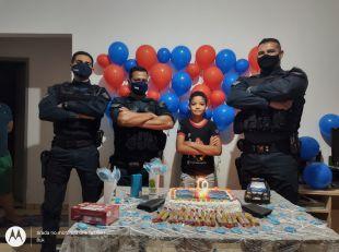 Em São Gabriel do Oeste, policiais da 12ª CIPM realizam surpresa em festa de aniversariante de 10 anos.